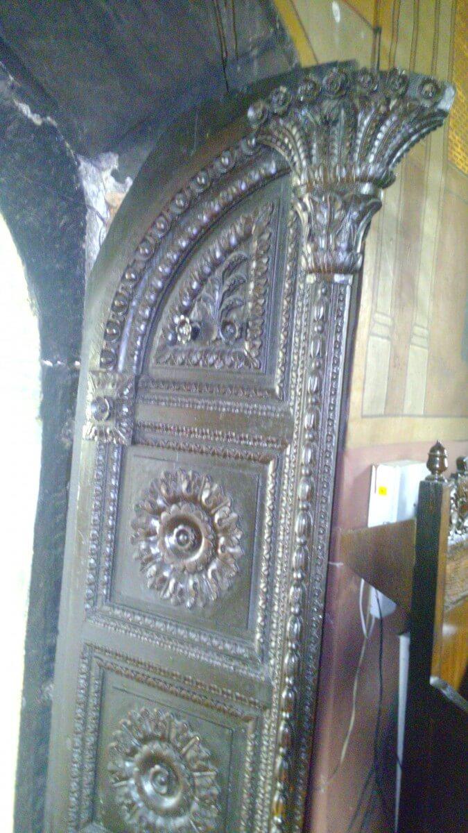 Detaliu usa Manastirea Tiganesti